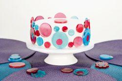 kakku jossa isomaltoosista valmistetut koristeet