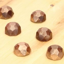 suklaakonvehti timantti kultaisella koristeella